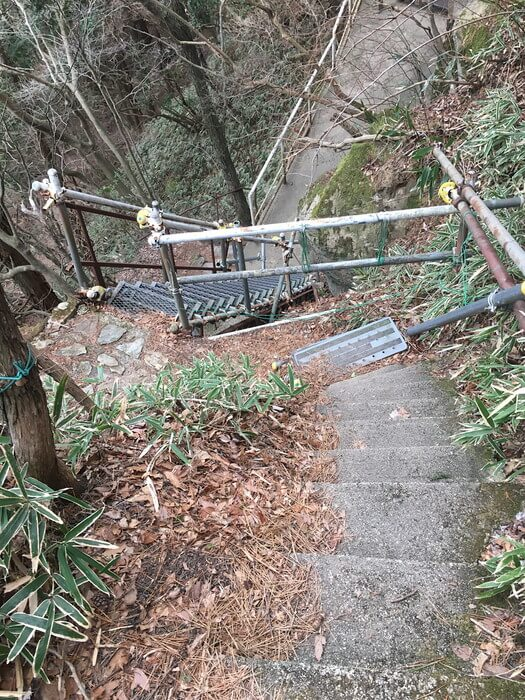 急で耐久性も不安な階段