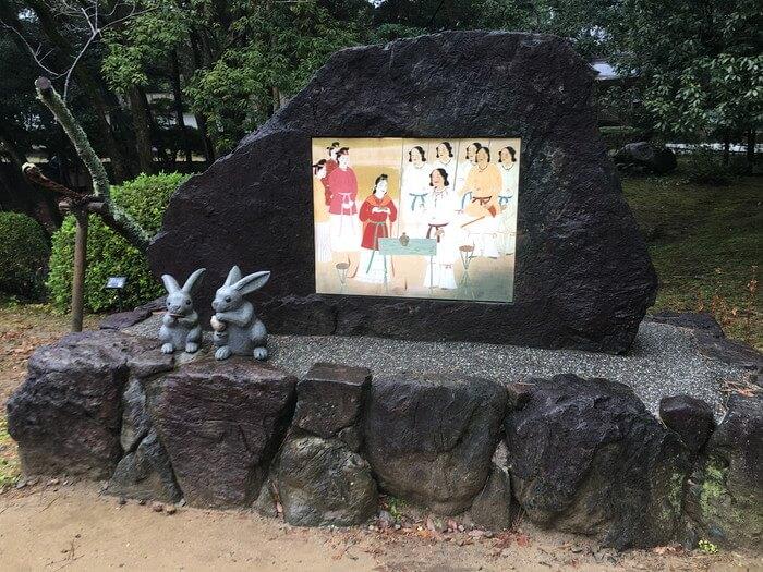 「縁結びの碑」前のウサギ