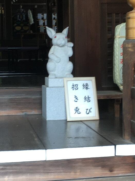 正面向かって右側の招き兎(縁結び)