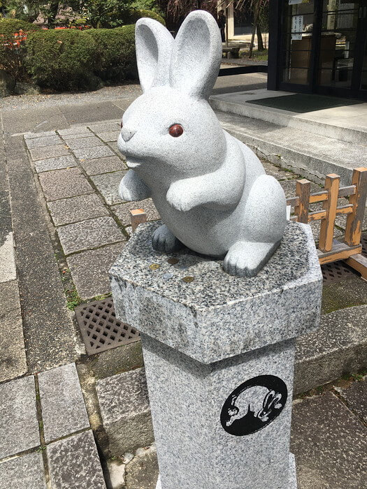 ウサギ像(岡崎神社)