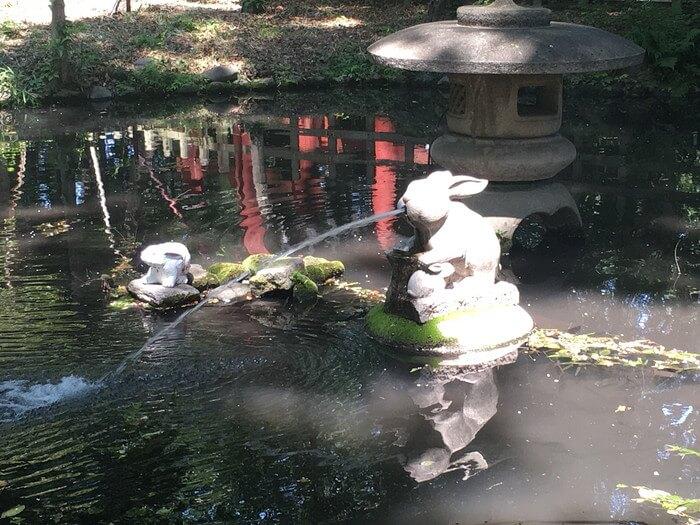 池の中のウサギ像(調神社)