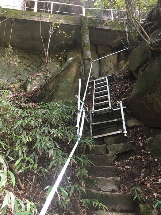 上り側も急なスロープ