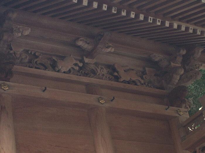 三輪神社(兵庫県三田市)本殿裏側の波乗りウサギ