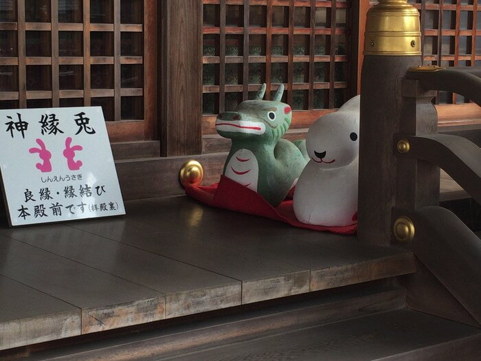 拝殿には可愛い「龍とウサギ」が並ぶ(恩智神社)