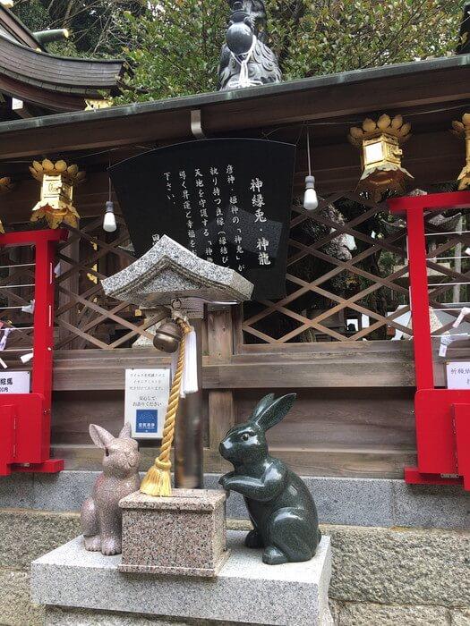 本殿前の龍とウサギ(恩智神社)