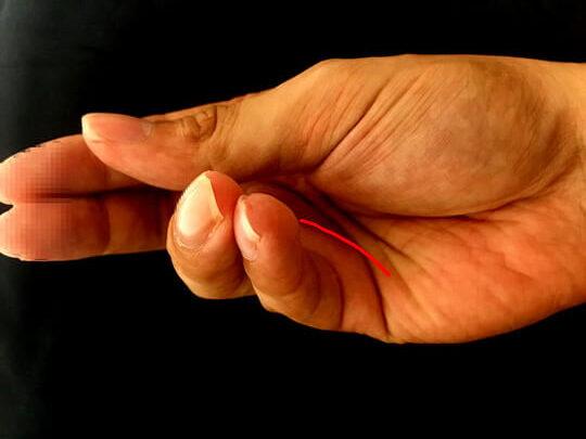 こういう手の使い方で簡単に皺が寄る